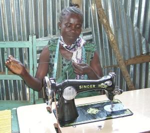 Weduwe Fibi op Mageta-eiland verdient met haar nieuwe naaimachine een goed inkomen met het maken van schooluniformen